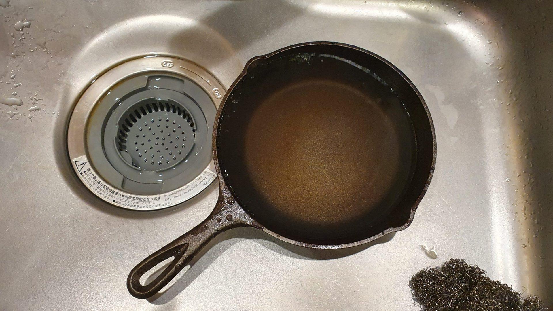 スキレットを洗剤を使わずに洗う